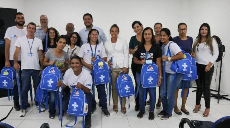 Prefeitura de Caraguatatuba entrega kits de uniformes novos a agentes comunitários de saúde (ACS)