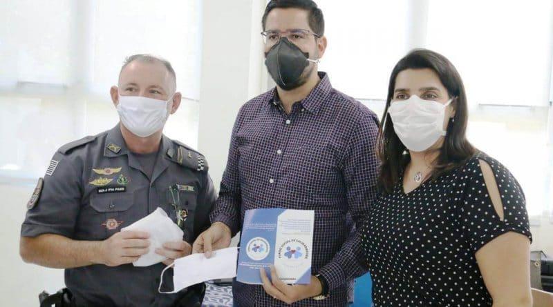 Fundo Social de Caraguatatuba doa 100 kits de máscaras à Polícia Militar