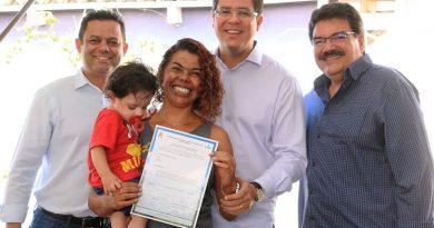 Aguilar Junior entrega mais de 400 títulos de regularização de imóveis aos moradores dos loteamentos Jorgin Mar e Habitar Brasil