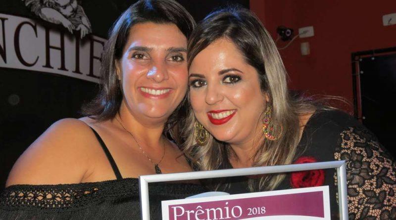 Samara Aguilar, Presidente do Fundo Social de Caraguá, recebe prêmio em Ubatuba